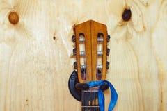 Der Hals der Gitarre zur Wand lizenzfreie stockfotos