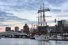 Der Hamburg-Hafen am Abend Stockbild