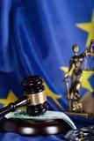 Der Hammer des Richters auf einem Stapel von 100 Euros Stockbilder