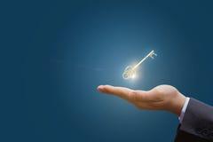In der Hand der Schlüssel zum Erfolg im Geschäft lizenzfreie stockfotos