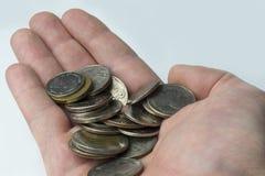 In der Hand sind Münzen Lizenzfreies Stockbild
