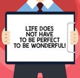 Der Handschriftstext, der das Leben schreibt, muss nicht perfekt sein, wunderbar zu sein Konzeptbedeutung gut, Ratmann in der Kla stock abbildung