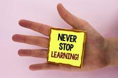 Der Handschriftstext, der hören schreibt nie auf, Motivanruf zu lernen Das Konzept, das Keep erziehend bedeutet, verbessern die F lizenzfreies stockbild