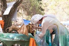 Der Handwerker korrigiert die Zahl des Drachen an den Festival ` Rittern von Jerusalem-` in Jerusalem, Israel Lizenzfreie Stockfotos
