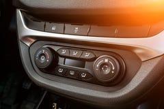 Der Hauptbedienungsplatz auf der Platte innerhalb der Autonahaufnahme mit Klimaregelung und Audiosystem und eines Lochs f?r die C lizenzfreie stockfotografie