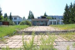 Der Haupteingang zur Anlage Sibvolokno Stockbild