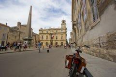 Der Hauptplatz von Arles in Camargue in Frankreich Stockfotos