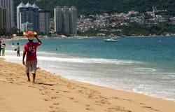 Der Hausierer auf dem Strand Stockbilder