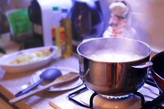 Der heiße kochende Topf, der auf dem Ofen in einem gemütlichen Haus kocht, mögen Umwelt Lizenzfreie Stockfotos