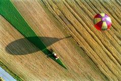 Der Heißluft Ballon über der Erde Lizenzfreie Stockfotos