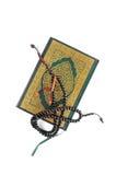 Der heilige Quran mit Rosenbeet lizenzfreie stockfotografie