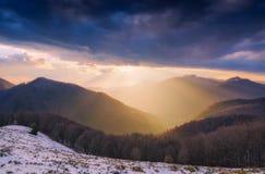 Der helle alpine Sonnenuntergang Lizenzfreies Stockfoto