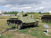 Der helle Behälter T-70 in einem Parkkomplex von AVTOVAZ unter dem Offenen Himmel Lizenzfreie Stockfotos