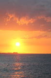 Der helle rote Sonnenuntergang in dem Ozean Lizenzfreies Stockfoto
