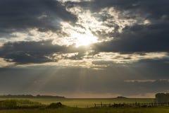 Der helle Sonnenschein beleuchtet eine ländliche Landschaft Stockbild