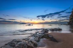 Der helle Sonnenuntergang der Blendung über einem tropischen Ozean Lizenzfreie Stockfotografie