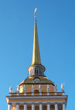 Der Helm der Haupt-Admiralität in St Petersburg Stockfotos