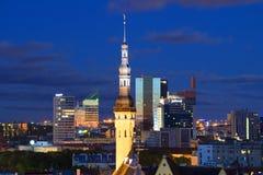 Der Helm des alten Rathauses auf dem Hintergrund der modernen Stadt Tallinn, Estland Stockbild