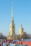 Der Helm des Peter und des Paul Cathedrals im Hintergrund des blauen Himmels Ansicht vom Neva-Vorhang St Petersburg Lizenzfreie Stockfotografie