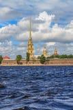 Der Helm des Peter und des Paul Fortresss in St Petersburg Stockfotos