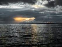 Der Herbsthimmel über dem Finnischen Meerbusen der Ostsee Stockbild