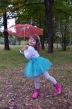 Der Herbstkindheit des Spaßlächelnhumorbaumfreudekinderbelustigungsbeifallmodeschönheitsleutefrühlinges glückliche Grüngleichheit Lizenzfreie Stockfotografie