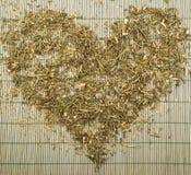 Der Herzform des grünen Tees Draufsicht lizenzfreies stockbild