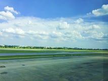 Der Himmel über dem Flughafenboden lizenzfreie stockbilder