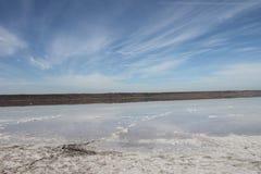 Der Himmel, das Salz und das Wasser auf dem Ufer von Kuyalnik-Mündung an einem sonnigen Herbsttag im vertikalen Format Stockbild