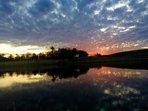 Der Himmel, der zum Einbruch der Nacht über dem Fluss ändert Stockbilder