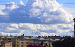 Der Himmel die Wolken und die Drähte Stockfotos