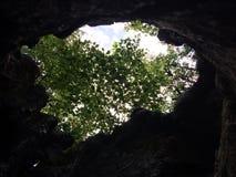 Der Himmel durch das Loch Stockbilder