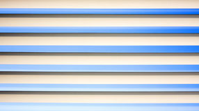Der Himmel durch die gestreiften Vorhänge lizenzfreie stockfotografie