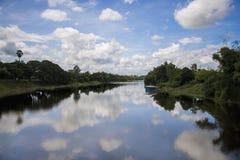 Der Himmel fiel in den Fluss Lizenzfreies Stockfoto