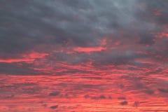 Der Himmel hat sich an Hochrot gewendet stockfoto