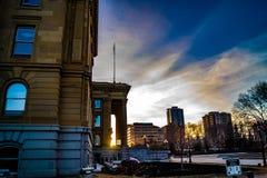 Der Himmel ist über Alberta Legislature Grounds lebendig lizenzfreie stockbilder