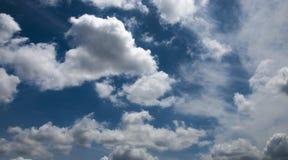 Der Himmel ist blau Und wenn regelmäßige Wolken weiß sind Stockfotos