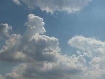 Der Himmel morgens, das helle blaue bew?lkte, Schwimmen, wei?, schaumig stockbilder