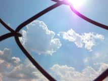 Der Himmel morgens, das helle blaue bew?lkte, Schwimmen, wei?, schaumig lizenzfreie stockfotografie