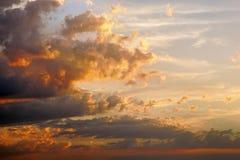 Der Himmel nach Sonnenuntergang mit drastischen Wolken Lizenzfreie Stockfotos