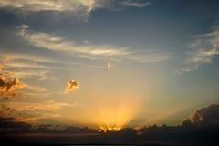 Der Himmel nach Sonnenuntergang mit Wolke Lizenzfreie Stockbilder