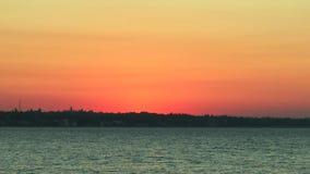 Der Himmel und das Meer vor Dämmerung stock footage
