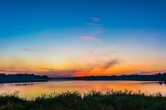 Der Himmel und der See in der Dämmerung nach Sonnenuntergang Lizenzfreies Stockfoto