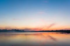 Der Himmel und der See in der Dämmerung nach Sonnenuntergang Stockfoto