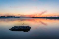 Der Himmel und der See in der Dämmerung nach Sonnenuntergang Stockfotos
