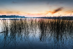 Der Himmel und der See in der Dämmerung nach Sonnenuntergang Lizenzfreies Stockbild