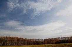 Der Himmel und die Wolken. Stockfoto