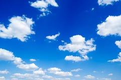 Der Himmel und die Wolken. Lizenzfreies Stockbild
