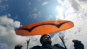 Der Himmel und der Mann mit dem paraplane gegen es Gleitschirmfliegentätigkeit im Himmel stock video