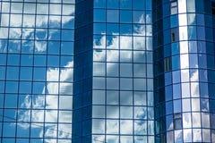 Der Himmel wird im Wolkenkratzer reflektiert Lizenzfreie Stockbilder